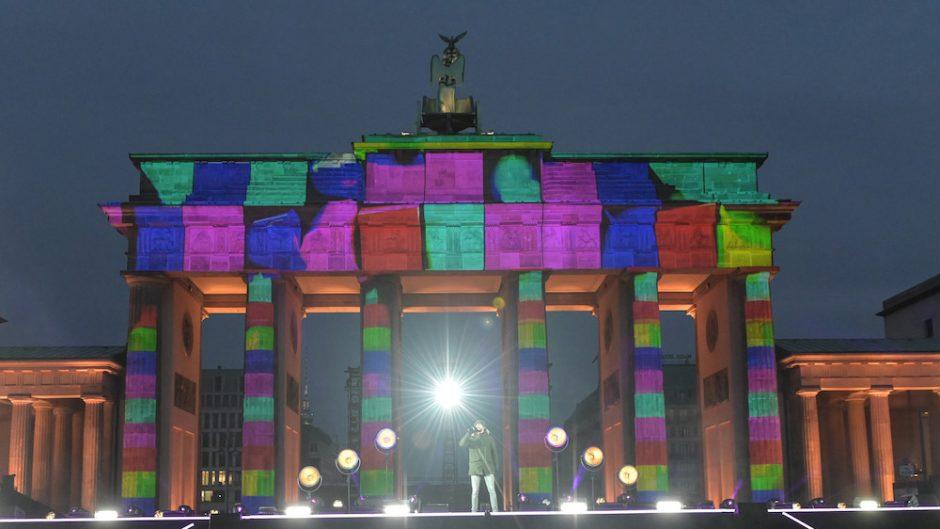Celebrate at the gate - Brandenburger Tor bunt