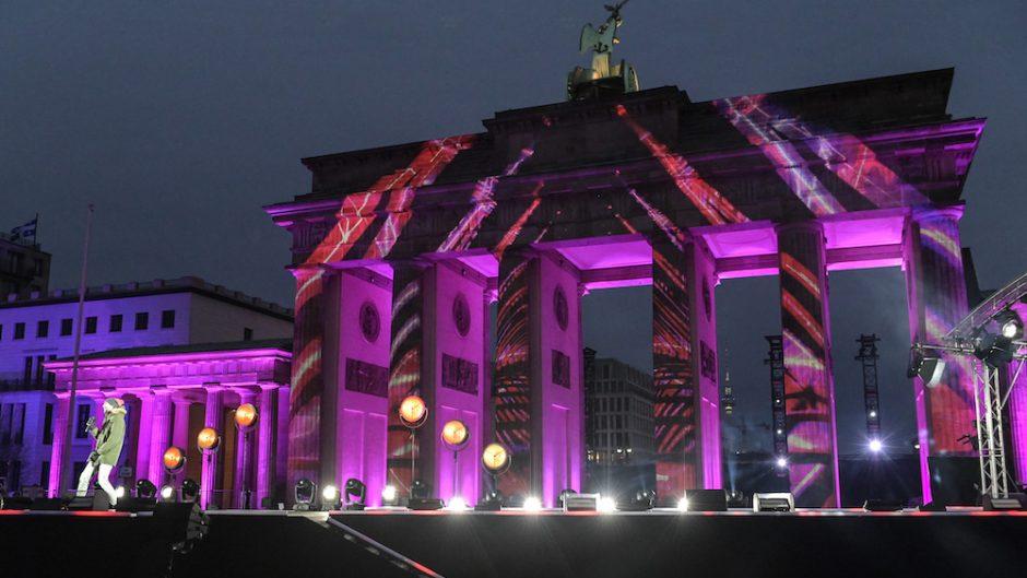 Celerate at the Gate - Brandenburger Tor pink